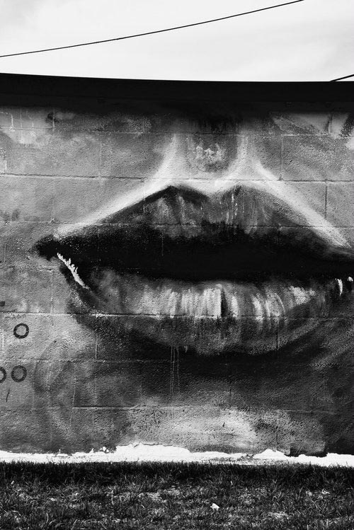 spray painted lips on cinder block wall