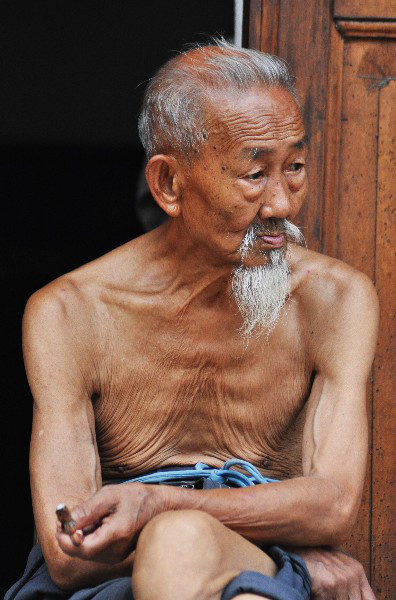 An old, shirtless Chinese man